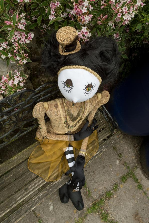 Boneca assustador do steampunk que senta-se no banco Opinião de ângulo alto fotos de stock