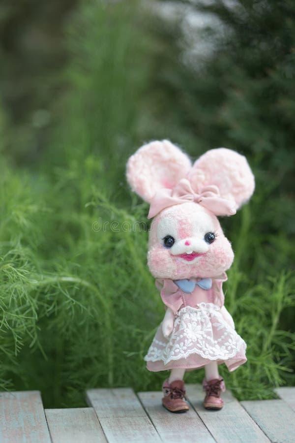 Boneca bonito do coelho Um foco macio de uma boneca cor-de-rosa bonito do coelho com ab imagens de stock