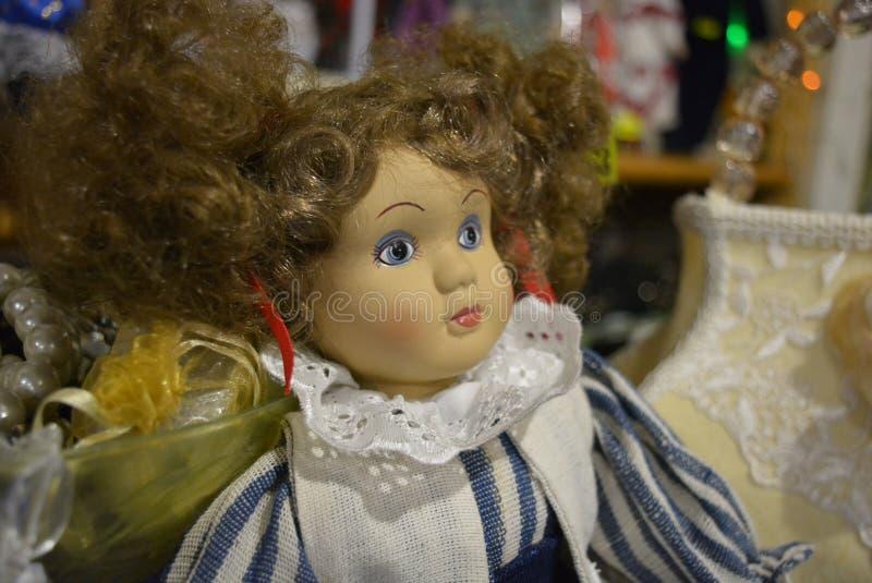 A boneca da luminosidade e da felicidade fêmeas é história do brinquedo fotos de stock