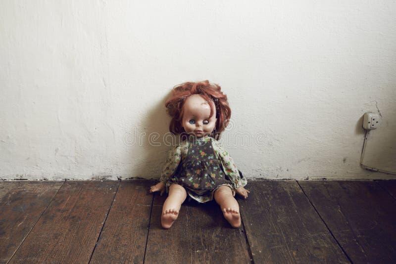 Boneca danificada do vintage imagem de stock royalty free