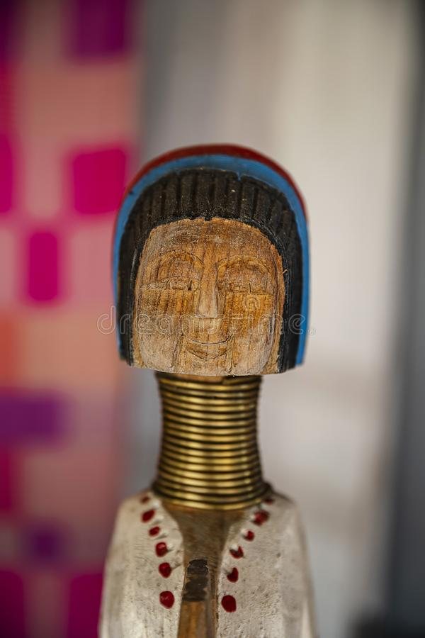 Boneca de madeira de Karen do pescoço longo fotos de stock royalty free