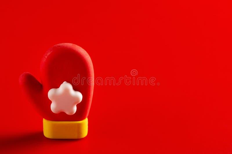 Boneca decorativa do Natal da luva de Santa Claus no fundo vermelho com espa?o da c?pia fotografia de stock