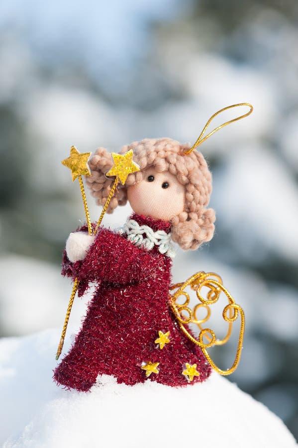 Boneca do anjo no snowdrift fotografia de stock royalty free