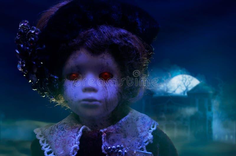 Boneca do horror com casa assombrada imagens de stock royalty free