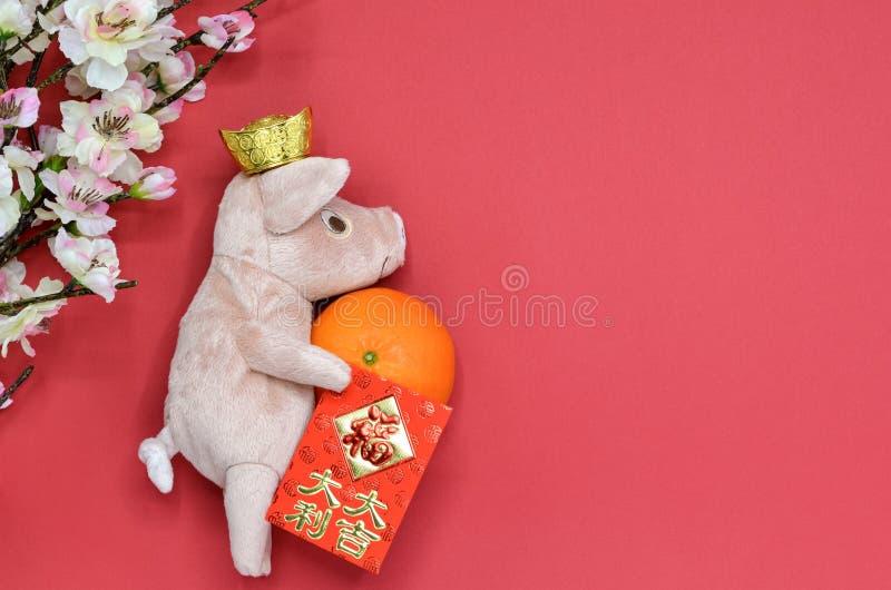 Boneca do porco com lingote do ouro imagens de stock