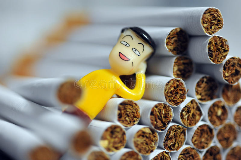 Boneca em cigarros fotos de stock royalty free