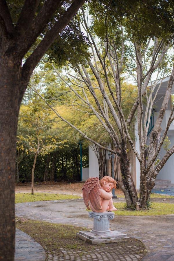 Boneca feericamente no jardim imagem de stock royalty free