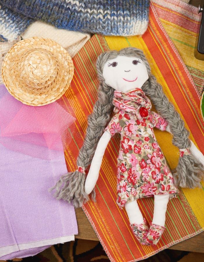A boneca feito a mão, costurando acessórios vista superior, local de trabalho da costureira, muitos objeta para o bordado, o bord imagem de stock royalty free