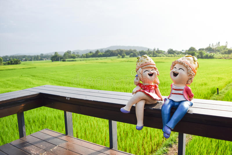 Boneca que senta-se no de madeira fotografia de stock royalty free