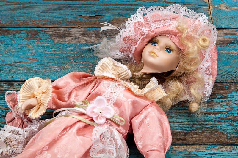 Boneca quebrada em um assoalho de madeira fotografia de stock royalty free