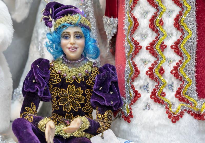 Boneca realística do bobo da corte com cabelo azul e em um equipamento roxo fotos de stock royalty free