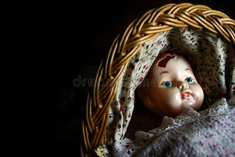 Boneca velha com um furo em sua cabeça fotografia de stock royalty free