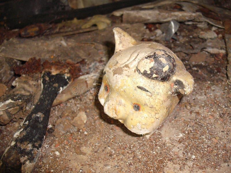 Boneca velha no assoalho do sanatório fotos de stock