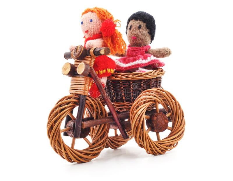 Bonecas amarradas na bicicleta do brinquedo foto de stock royalty free