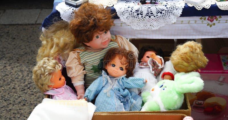 Bonecas arranjadas da feira da ladra em um grupo imagens de stock