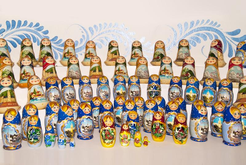 Bonecas coloridos do assentamento do russo em uma janela da loja imagens de stock royalty free