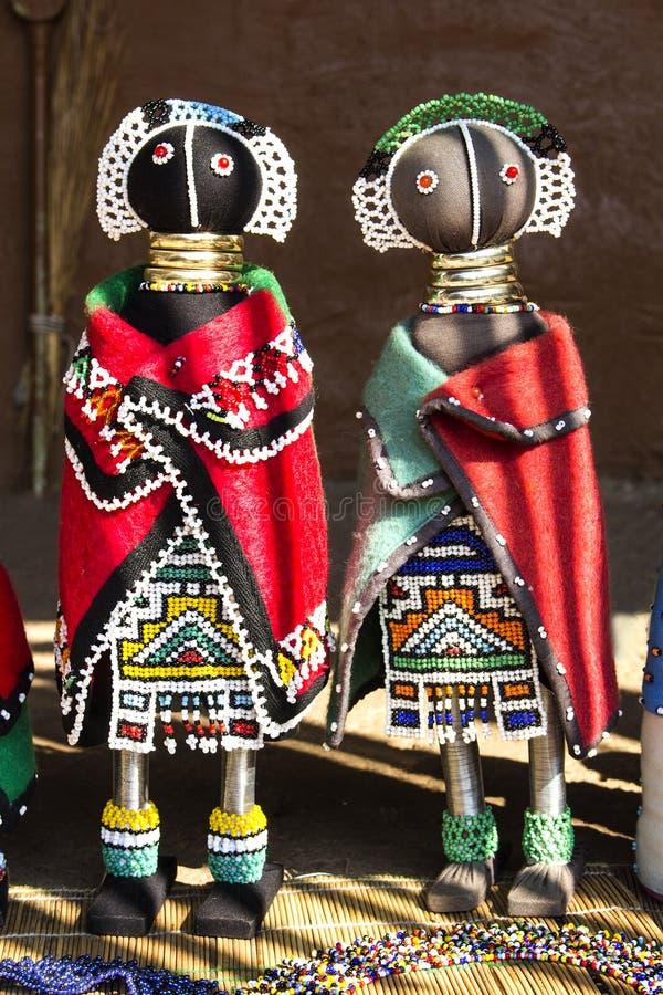 Bonecas de pano feitos a mão étnicas africanas dos grânulos Mercado local do ofício imagem de stock