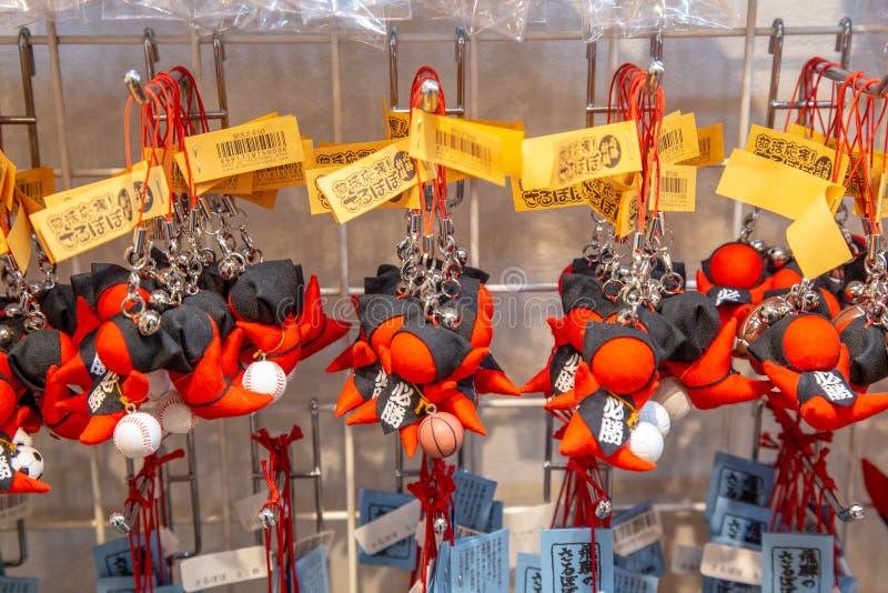 Bonecas de Sarubobo na venda em Takayama, Japão imagem de stock