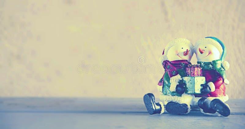 Bonecas do boneco de neve com o presente em suas mãos imagem de stock royalty free