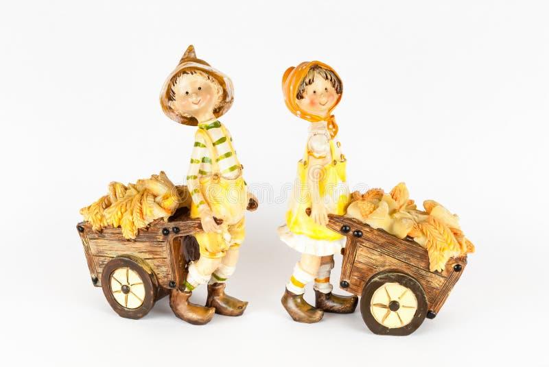 Bonecas do menino e da menina com carros do milho fotos de stock royalty free