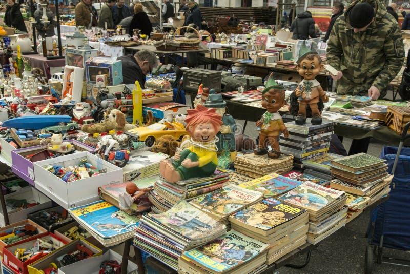 Bonecas e bandas desenhadas de borracha velhas na venda imagem de stock