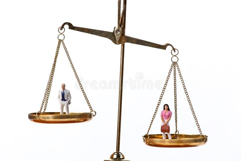 Bonecas em escalas de equilíbrio imagens de stock