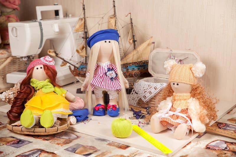 Bonecas feitos a mão no local de trabalho imagens de stock