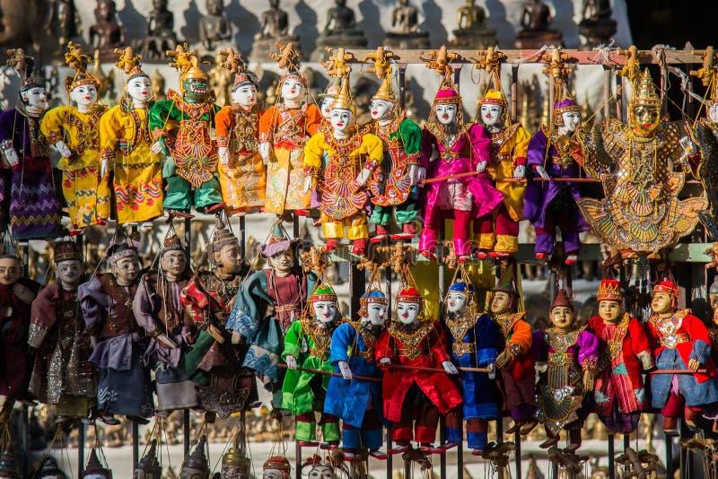 Bonecas tradicionais dos fantoches do artesanato de Myanmar no mercado tradicional local, mandalay, myanmar fotografia de stock