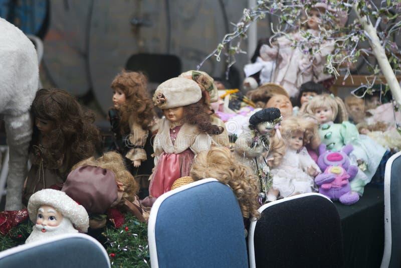 Bonecas velhas do vintage na venda na feira da ladra em Bricklane fotos de stock