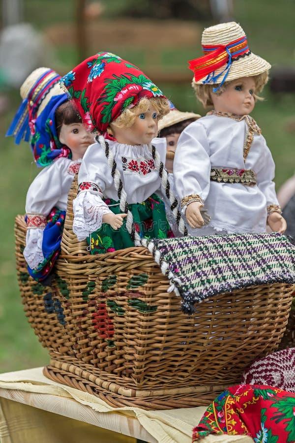 Bonecas vestidas em trajes populares romenos tradicionais foto de stock