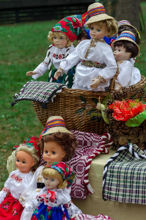 Bonecas vestidas nos trajes populares tradicionais romenos fotos de stock royalty free