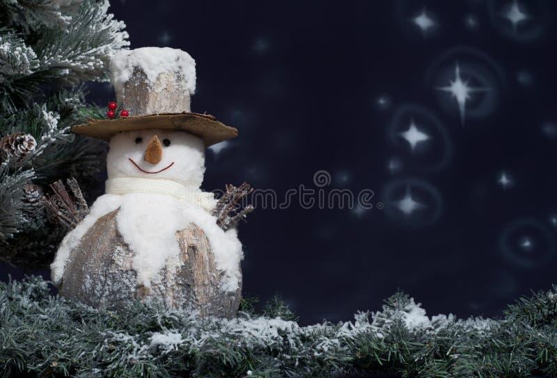 Boneco de neve ao lado da árvore de Natal foto de stock royalty free