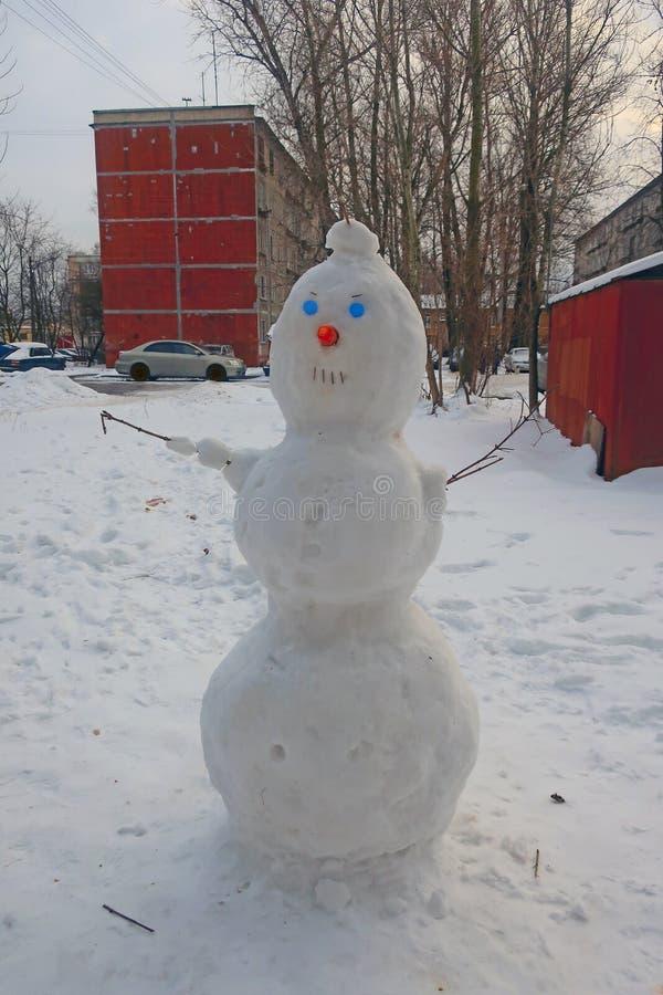 Boneco de neve com olhos azuis na jarda fotos de stock