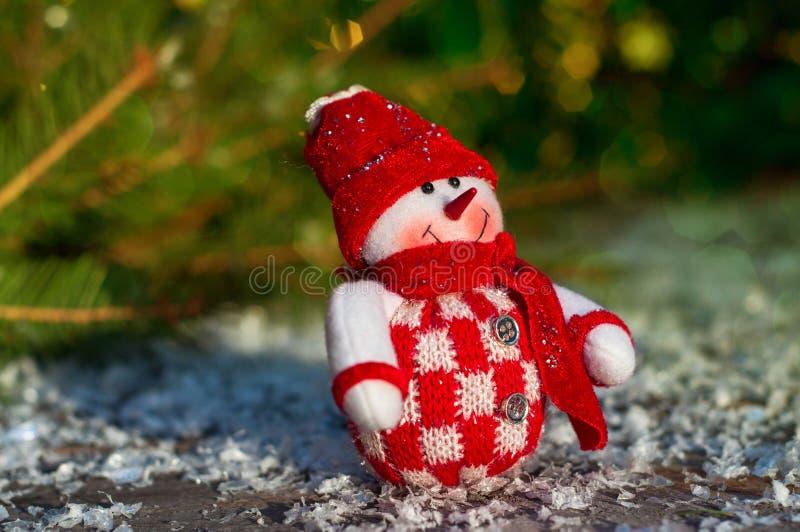 Boneco de neve de matéria têxtil nas superfícies de madeira cinzentas que incluem a neve, sele fotos de stock royalty free