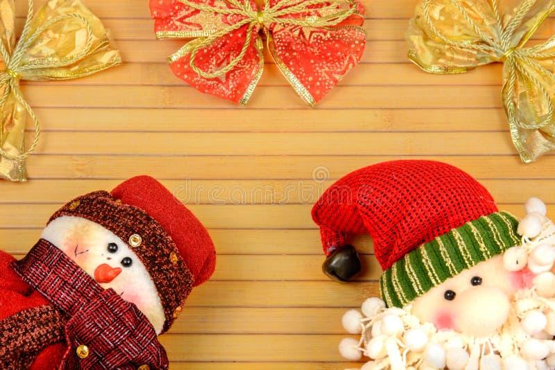 Boneco de neve e Santa em um fundo de madeira foto de stock royalty free