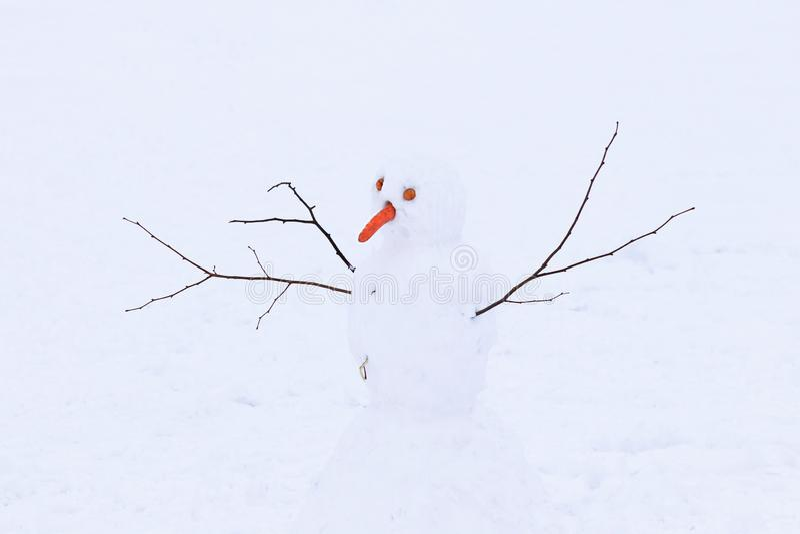 Boneco de neve feito da neve branca no tempo de inverno frio A figura simboliza a alegria das crianças Jogo no ar fresco cristali imagens de stock royalty free
