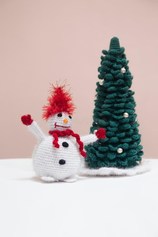 Boneco de neve feito malha com árvore de Natal imagem de stock royalty free