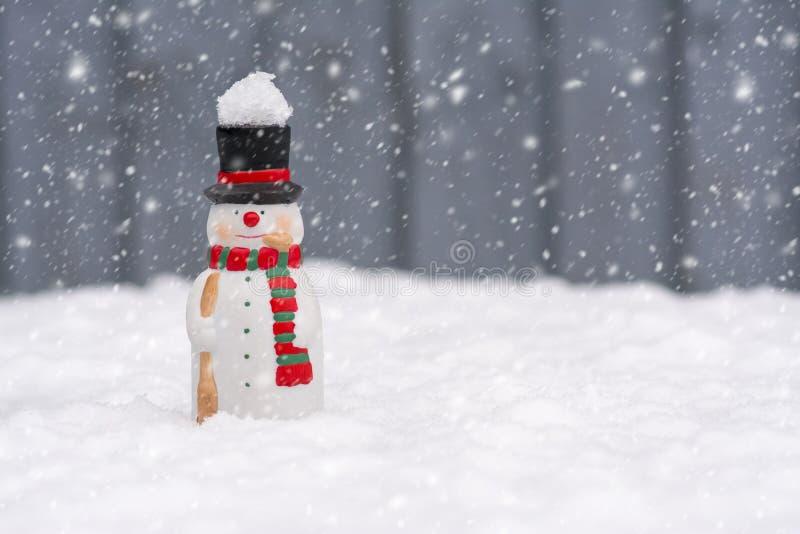 Boneco de neve feliz que está na paisagem do Natal com o cópia-espaço fotos de stock