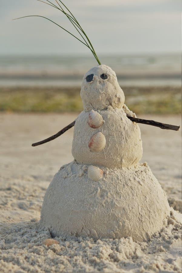 Boneco de neve de Florida feito fora da areia que comemora o ano novo quente e feliz tropical imagens de stock