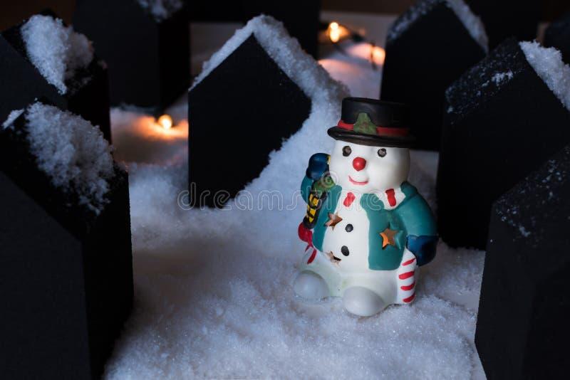 Boneco de neve modelo em uma cidade pequena imagens de stock royalty free