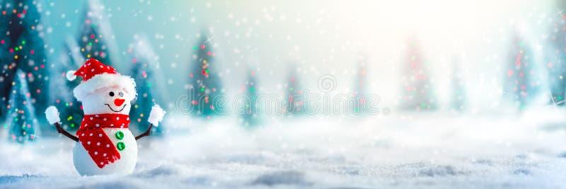 Boneco de neve na neve fotografia de stock royalty free