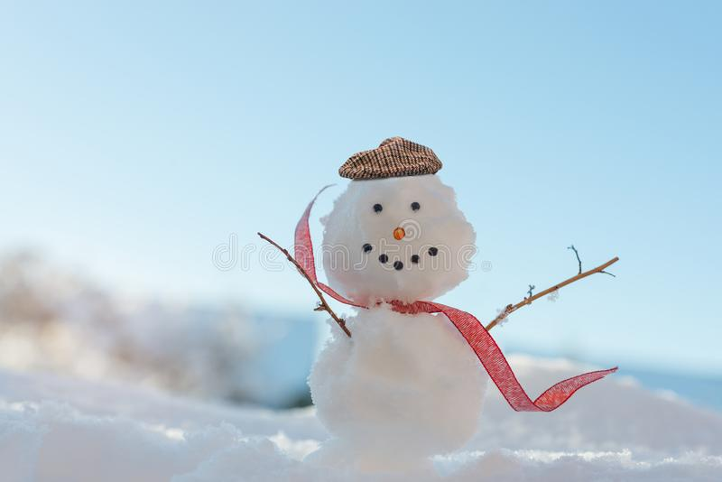 Boneco de neve de sorriso feliz no inverno imagens de stock