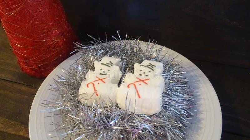 Bonecos de neve do marshmallow no ouropel de prata fotografia de stock royalty free