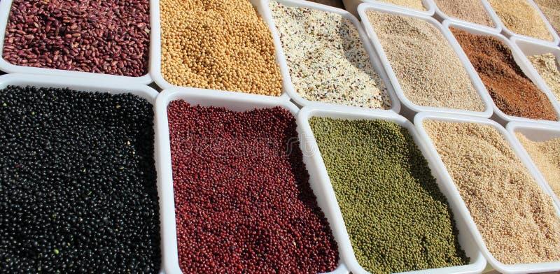 Bonen bij markt stock afbeeldingen