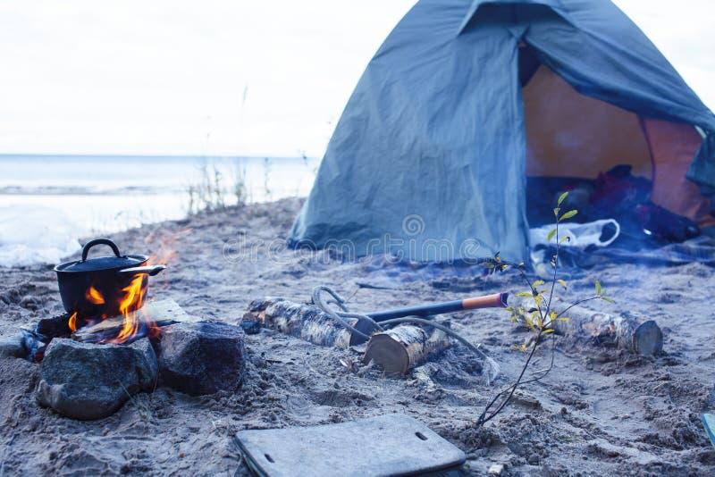 Bonfire bowler sur le sable sur la plage à la randonnée d'automne, concept de tourisme personne photo libre de droits