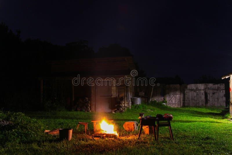 Bonfire no quintal à noite de Verão imagem de stock