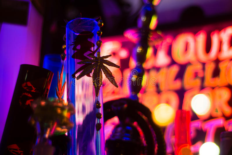 Bong und Goldmarihuanablatt im Shopfenster lizenzfreie stockfotos
