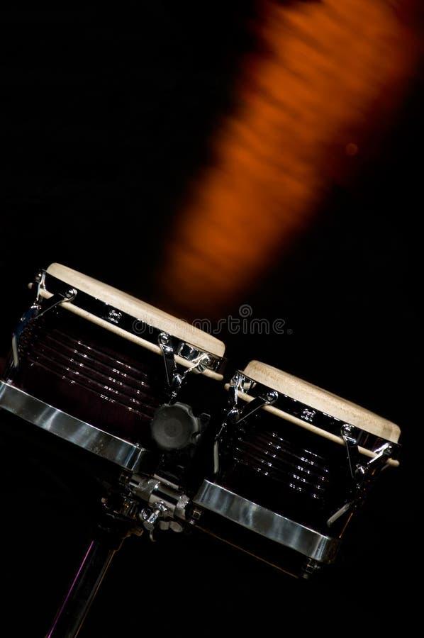Bongos auf Stufe in der drastischen Leuchte stockfotografie