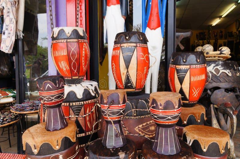 Bongos de madeira em uma loja africana tradicional imagens de stock