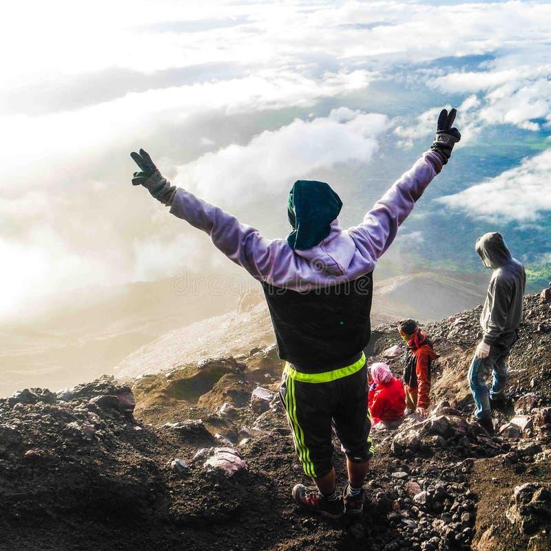 Bonheur apr?s atteinte du dessus de la montagne de Kerinci, Jambi, Indon?sie images libres de droits